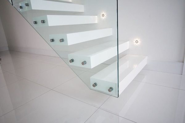 Консольная лестница - стекло и пластик
