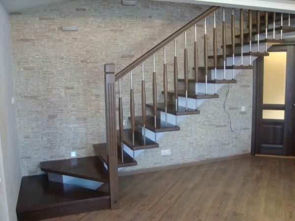 Косоурные лестницы - деревянные ступеньки металические перила