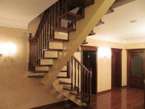 Косоурные лестницы один косоур - деревянные ступеньки металические перила