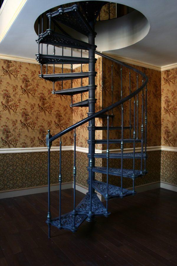 Винтовая лестница из метала - вид сбоку