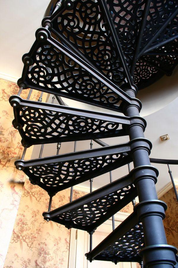 Винтовая лестница металическая - вид снизу 1