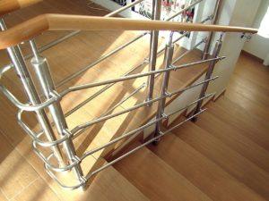 Комбинированные ограждения из метала и деревянных поручней