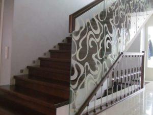 Маршевая лестница - деревянные ступеньки и стеклянные перила