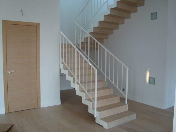 Маршевая лестница - деревянные ступеньки и металлические перила