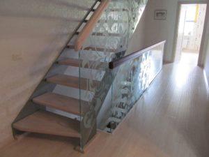 Лестница на тетивах - деревянные ступеньки и стеклянные перила