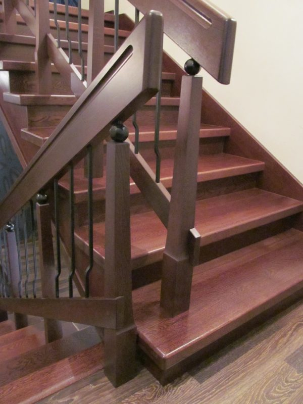 Маршевая лестница - деревянные ступеньки и перила