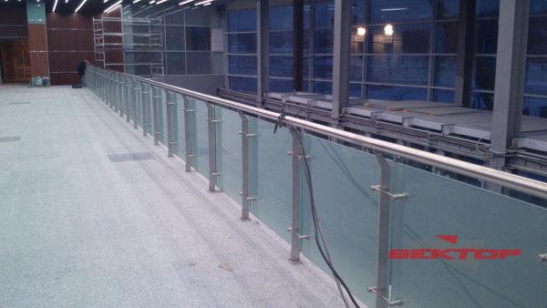 Комбинированные ограждения из метала и стеклянных перекрытий