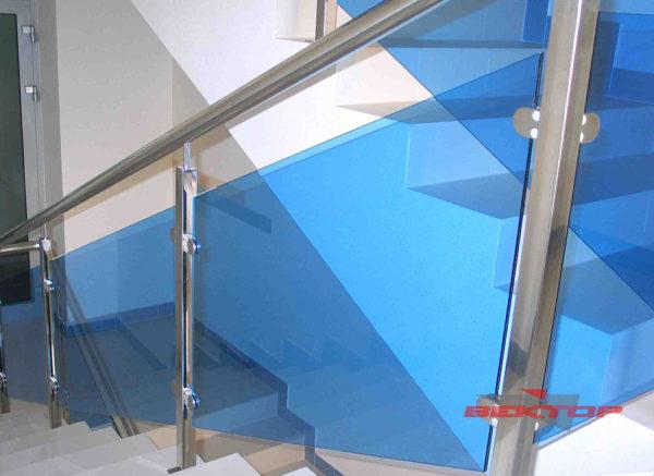 Комбинированные ограждения из метала и цветных стеклянных перекрытий