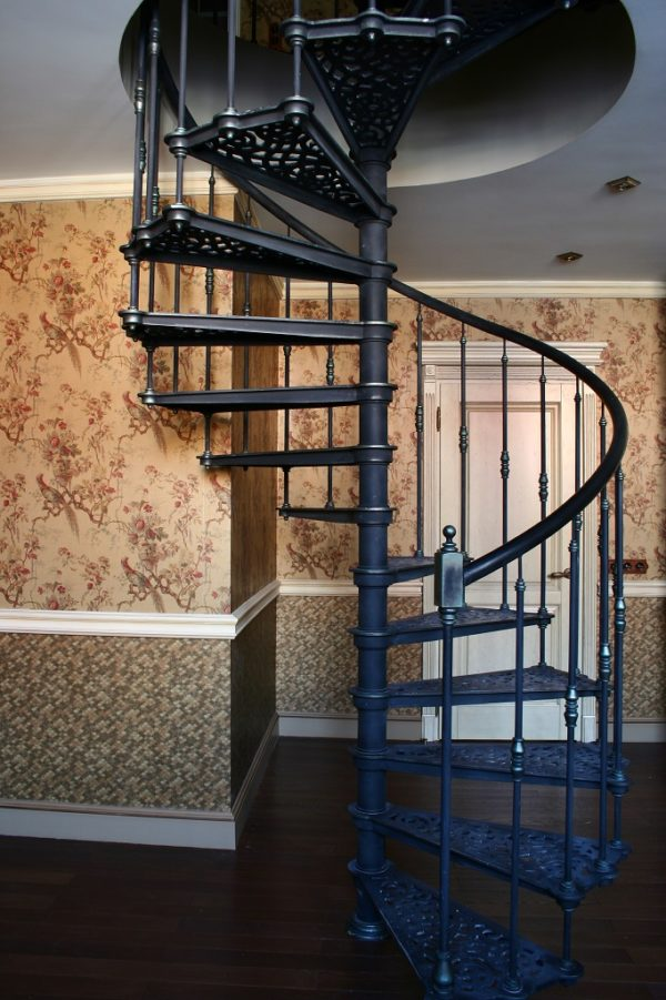 Винтовая лестница металическая - вид сбоку 2
