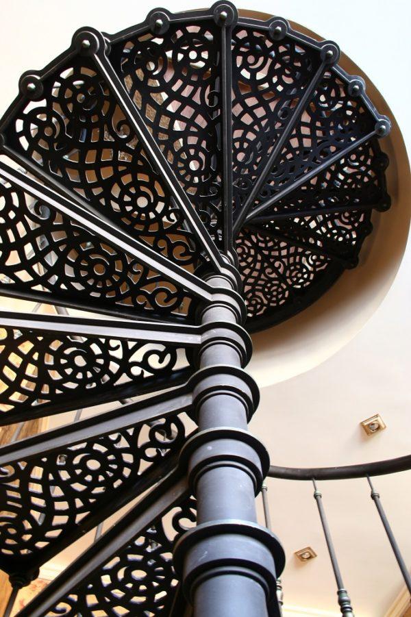 Винтовая лестница металическая - вид снизу 2