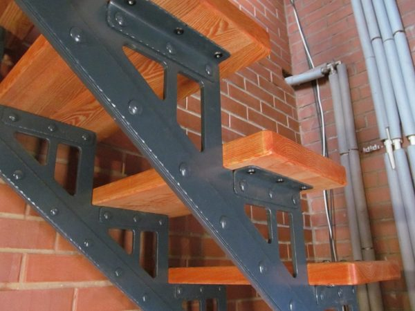 лестница на двух металических косоурах
