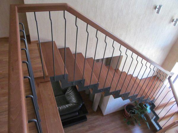 Маршевая лестница - деревянные ступеньки и комбинированные перила 2