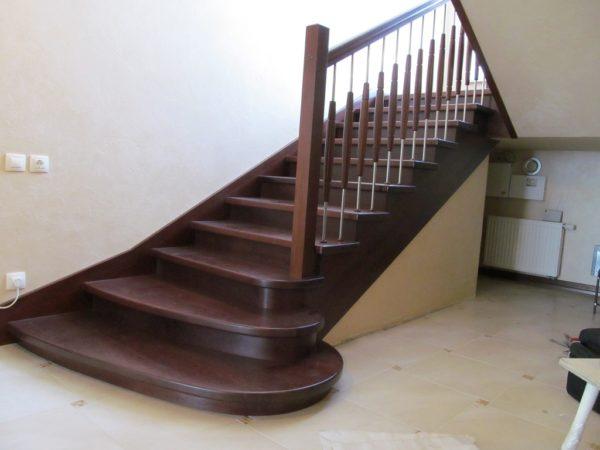 Маршевая лестница - деревянные ступеньки и комбинированные перила